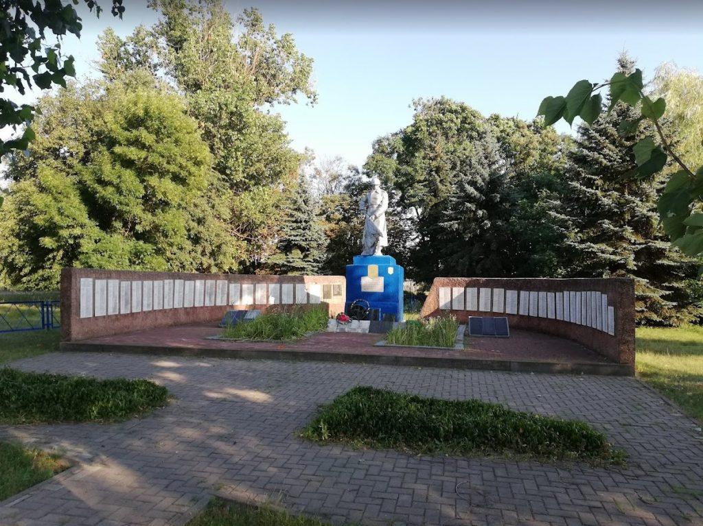 Памятник на братской могиле,  установлен в 1959 году